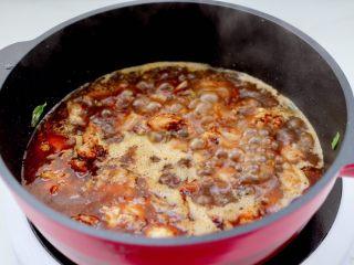 临沂炒鸡,加入漫过鸡块的水,大火煮沸后转中火继续炖煮至。