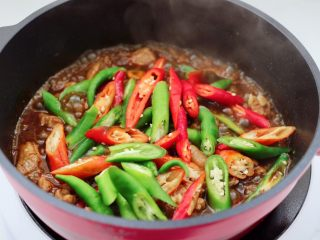 临沂炒鸡,锅中加入青红尖椒。
