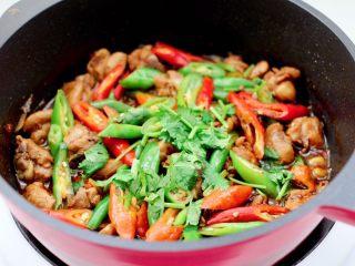 临沂炒鸡,大火快速翻炒收汁,撒上香菜段即可关火。