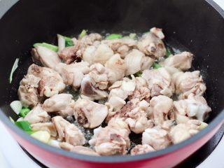 临沂炒鸡,油锅烧热后爆香葱姜蒜,再放入焯水的鸡块。