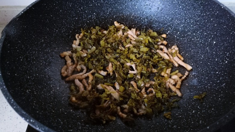 雪菜肉丝面,加入酸菜翻炒片刻。