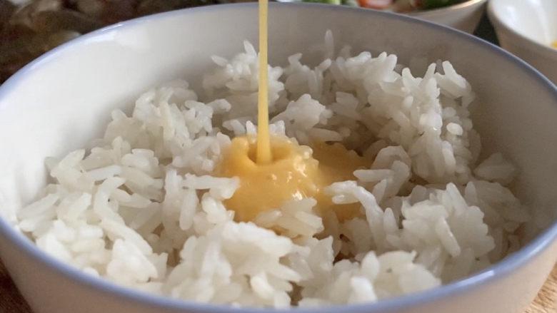 耳光炒饭,淋在松散的米饭之上。
