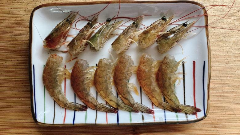 耳光炒饭,然后将虾头用剪刀剪下,头尾分离洗净备用。