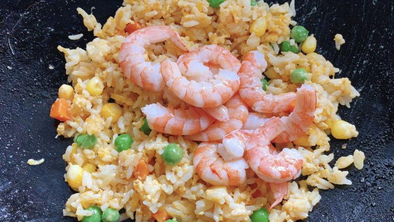 耳光炒饭,最后加入虾仁,旺火翻炒出锅。