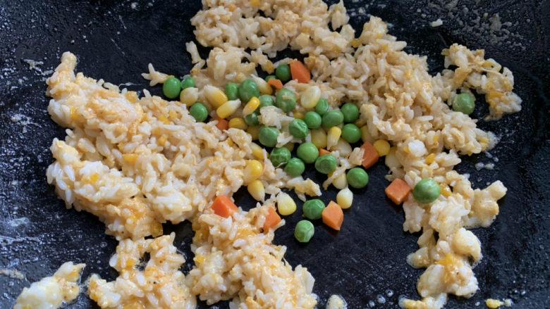 耳光炒饭,同时加入杂豆,少许盐和味精调味,翻炒均匀。