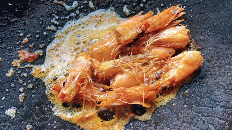 耳光炒饭,虾头翻炒变红之后,轻轻压一下,变得金黄后取出虾头,留下红油。
