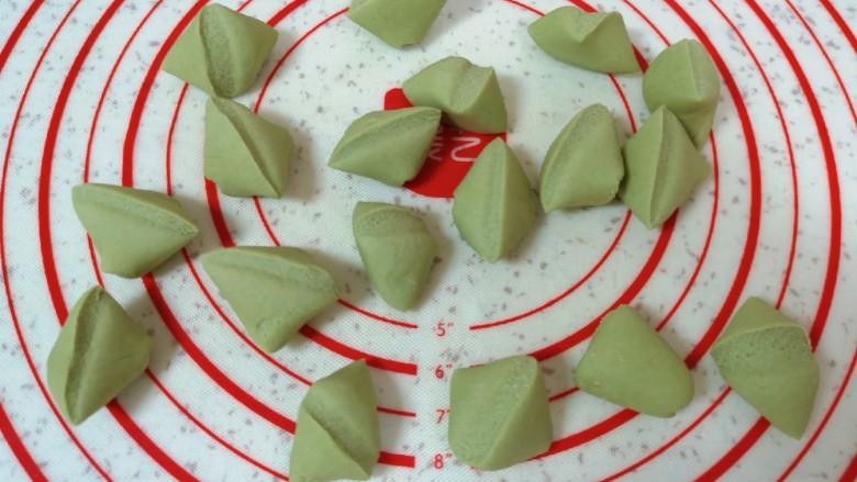 水晶蒸饺,饧好的面团揉一下,搓成长条状切成小剂子。