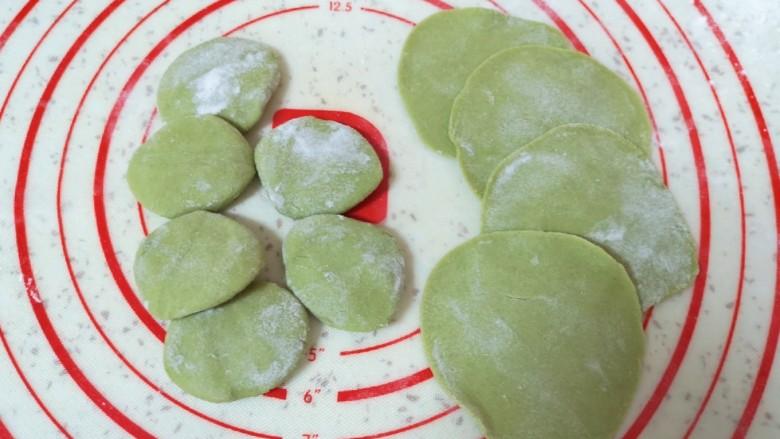 水晶蒸饺,将小剂子压扁,擀成蒸饺皮。