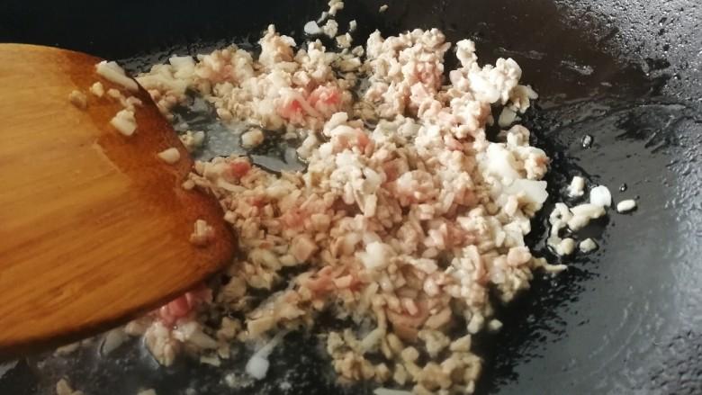 韭菜盒子,热锅凉油,油微热放入肉末,文火翻炒变色。