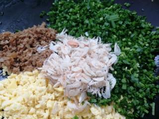 韭菜盒子,鸡蛋,肉末,切好的韭菜,加一小把虾皮拌匀。