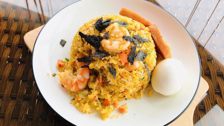 耳光炒饭,装盘摆上午餐肉和温泉蛋,最后撒少许海苔碎点缀即可。
