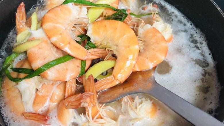 耳光炒饭,虾头下沸水锅里煮2分钟左右关火,捞出虾放量。 加葱姜料酒一起煮去腥。