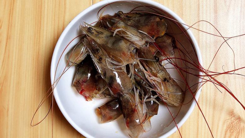 耳光炒饭,虾头留下待用。