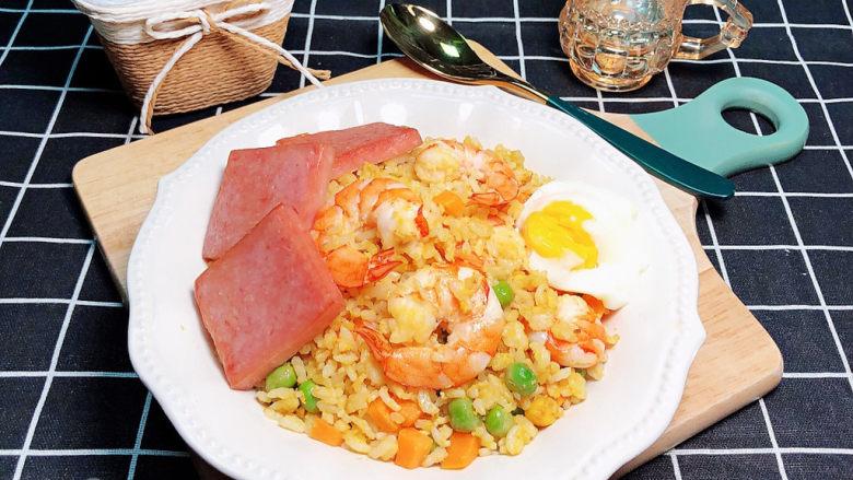 耳光炒饭,放上煎好的午餐肉,焖好的溏心蛋,一盘诱人的耳光炒饭就上桌了!