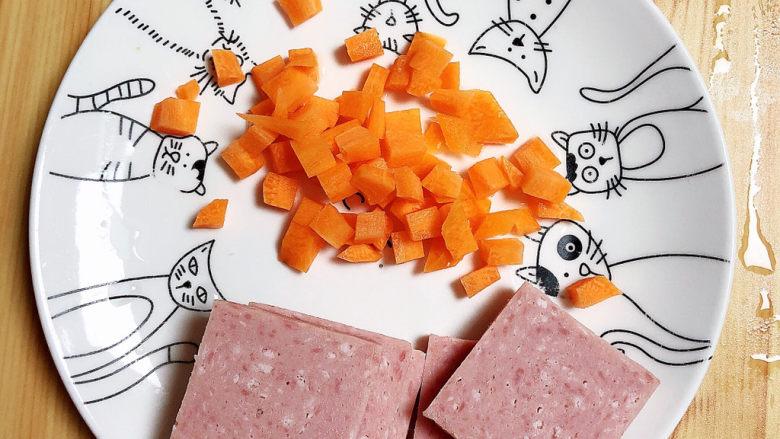 耳光炒饭,午餐肉切片儿、胡萝卜切丁待用。