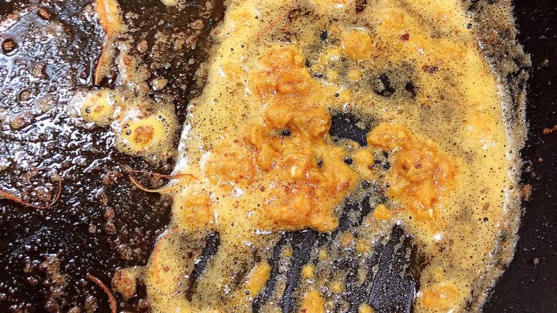 耳光炒饭,虾油锅中加捣碎的咸蛋黄碎,炒香。