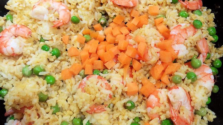 耳光炒饭,加入胡萝卜丁,加入盐。