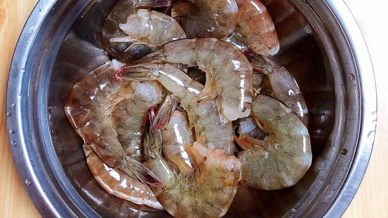耳光炒饭,将新鲜基围虾洗净留尾去头。