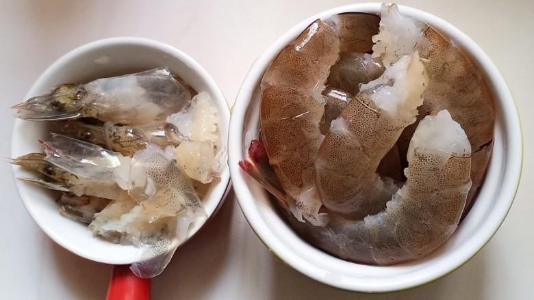 耳光炒饭,用清水多次冲洗干净,把虾头和虾身分开放置