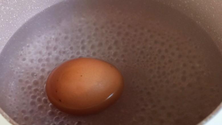 耳光炒饭,另取一个奶锅,烧开水,放入一个鸡蛋,盖上盖子焖30分钟左右。如果不喜欢温泉蛋,可以等水开后煮五六分钟即可