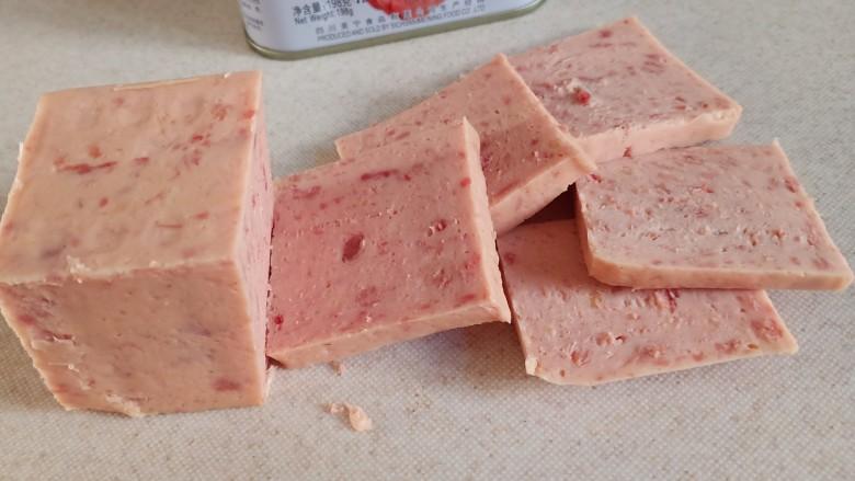 耳光炒饭,<a style='color:red;display:inline-block;' href='/shicai/ 427'>午餐肉</a>切成大约5-6毫米左右厚的片,大概切个四五片