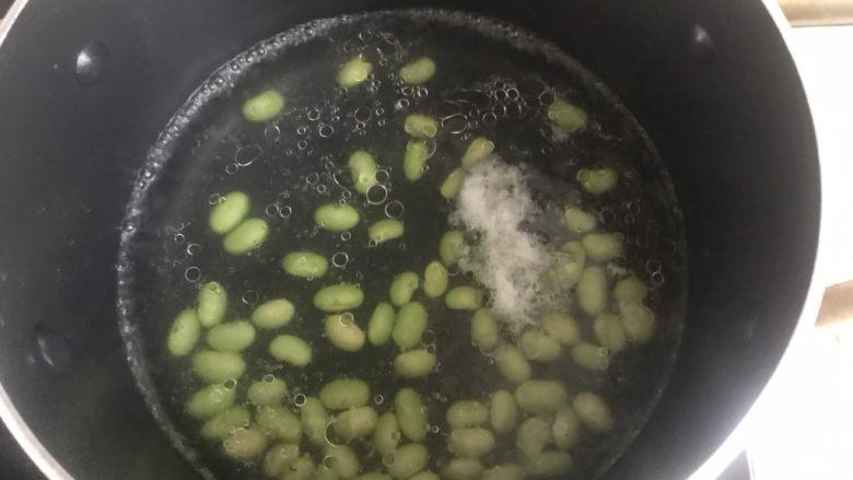 耳光炒饭,水开下锅把毛豆焯水1分钟捞出