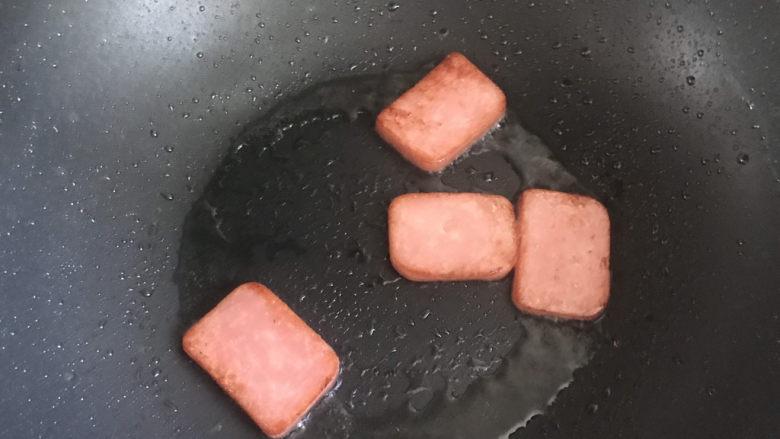 耳光炒饭,起锅热油,下入午餐肉小火煎至表面焦黄盛出备用