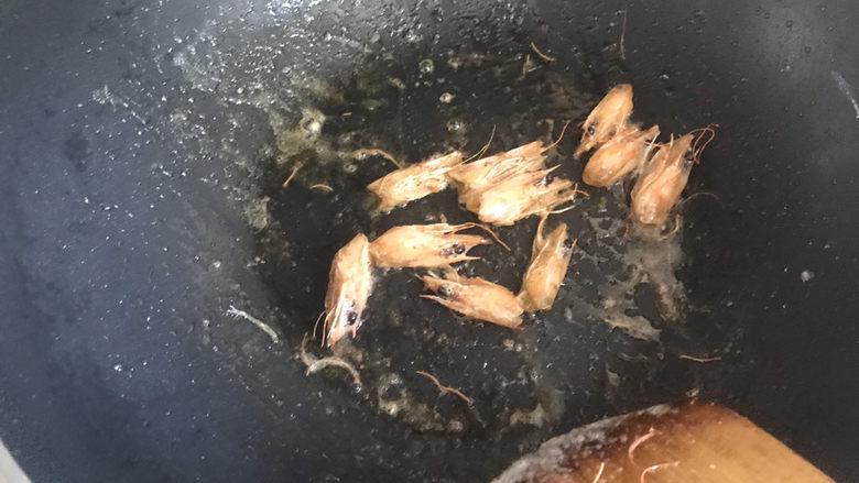 耳光炒饭,锅里留底油,下入虾头炒出虾头红油,然后把虾头盛出来