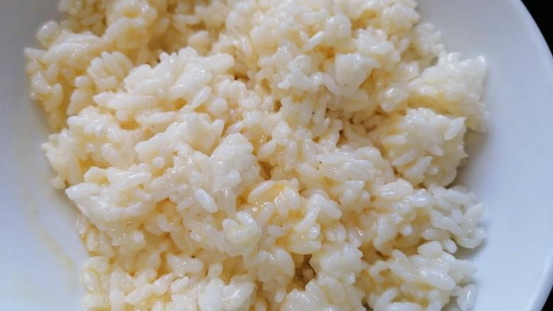 耳光炒饭,将蛋液和剩米饭充分搅拌均匀