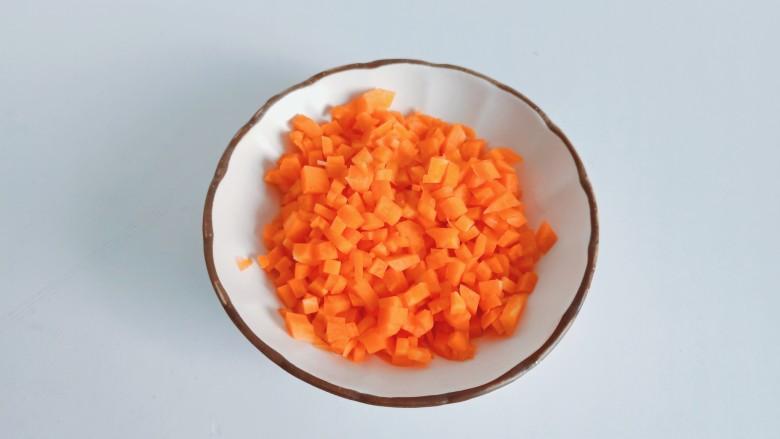 耳光炒饭,<a style='color:red;display:inline-block;' href='/shicai/ 25'>胡萝卜</a>削皮切成长条,再切成小丁。