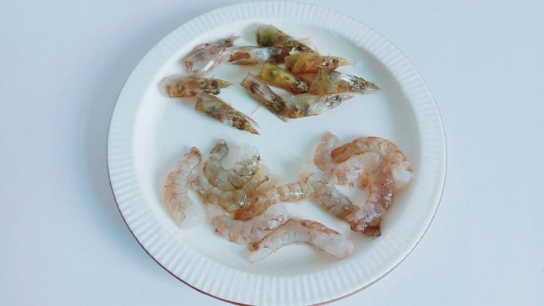 耳光炒饭,虾壳可以从虾的第三节开始剥,可以借助叉子来剥虾壳,非常省事。