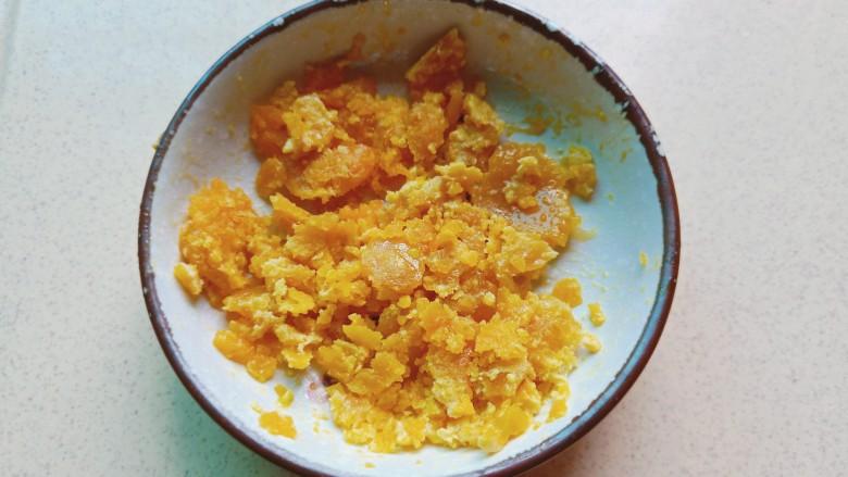 耳光炒饭,咸蛋黄提前蒸熟,用刀背把蛋黄碾碎备用。