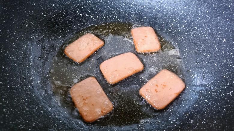 耳光炒饭,热锅热油放午餐肉煎一下盛盘。