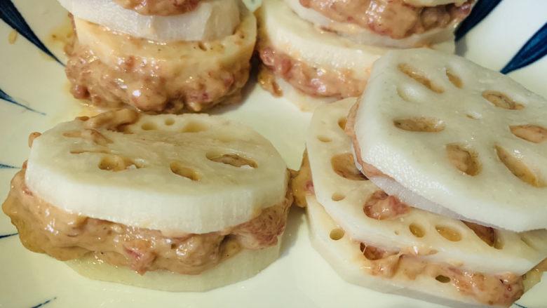 莲藕饼,将调好的肉沫夹入莲藕中,待用