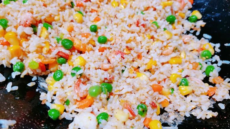 耳光炒饭,最后倒入米饭,大火快炒