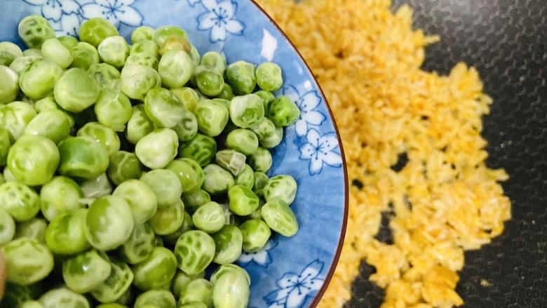 耳光炒饭,放入焯熟的青豆,翻炒片刻