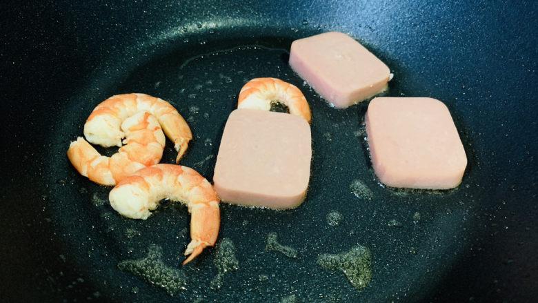 耳光炒饭,午餐肉和虾,下锅煎香,盛才摆盘;