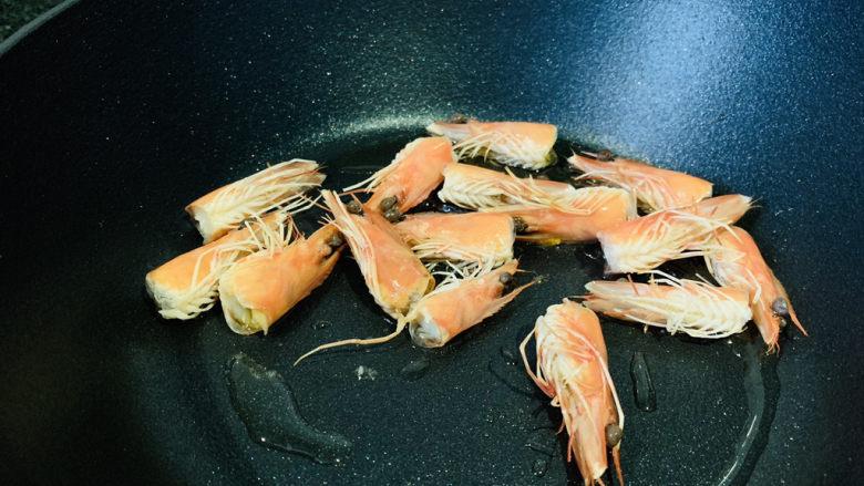 耳光炒饭,锅加食用油,大火热锅,加入虾头,炒出虾油,捞出虾头