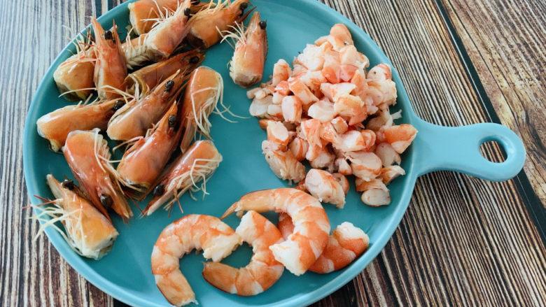 耳光炒饭,剥虾壳,去虾线,留几只做造型用的虾,其他切碎,虾头留着待用;