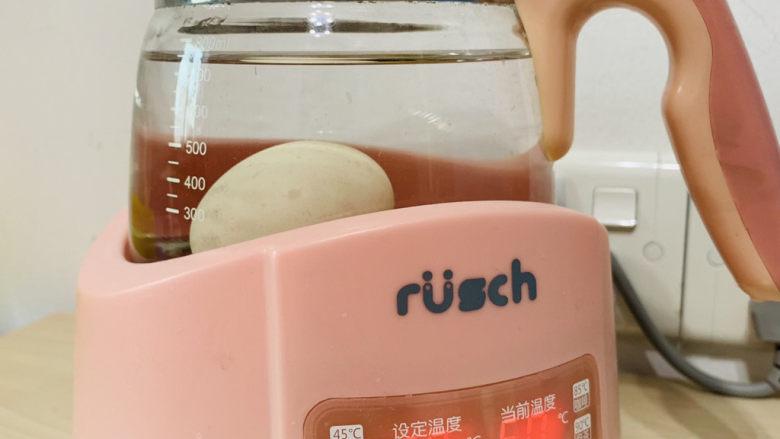 """耳光炒饭,在准备炒饭食材的时候,就可以提前用恒温水壶,调68度煮""""温泉蛋"""";"""