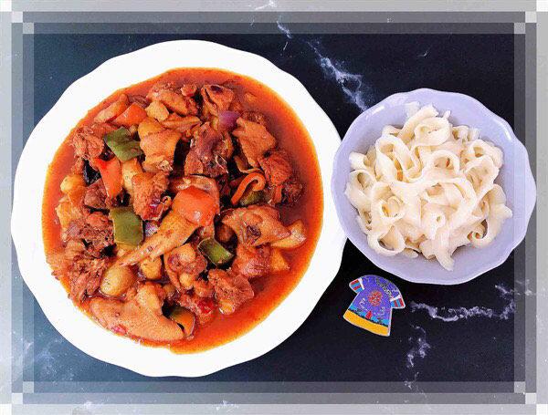 新疆大盘鸡,配上一碗皮带面,美美的吃起来吧!