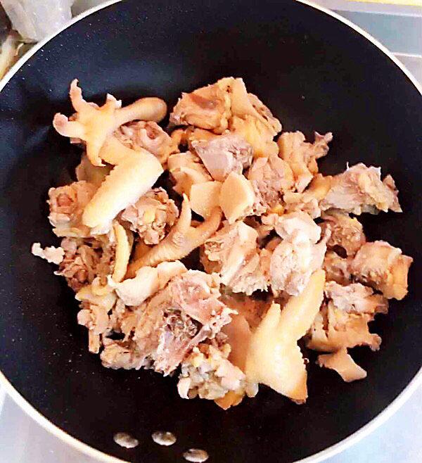 新疆大盘鸡,冰糖融化后,放入鸡块翻炒均匀。