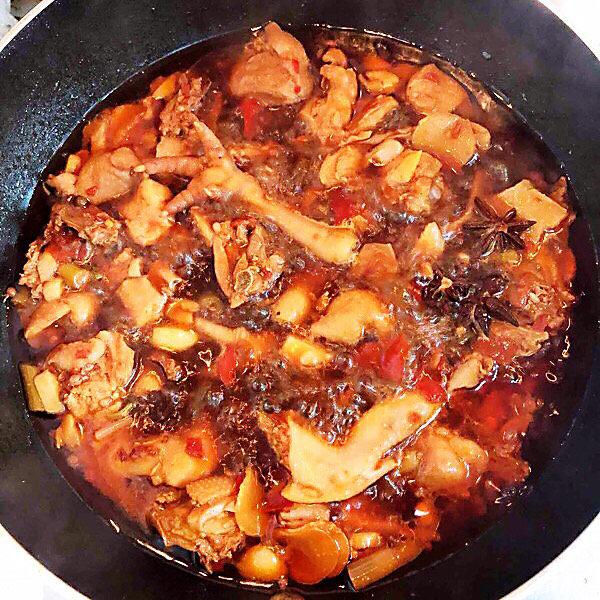 新疆大盘鸡,待鸡肉八分熟时。