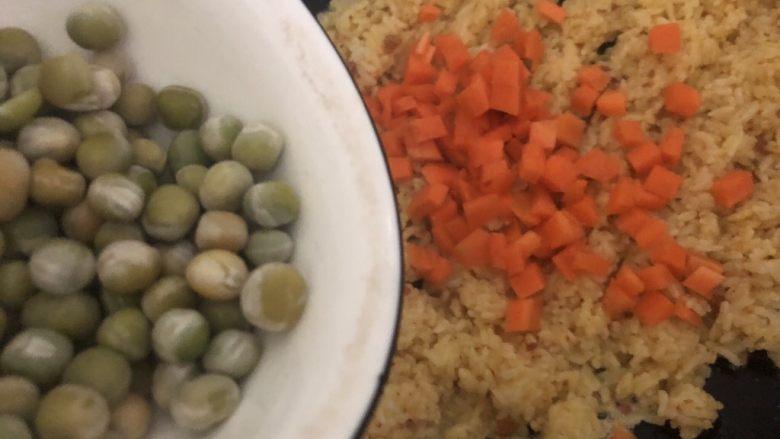 耳光炒饭,加入红萝卜,碗豆翻炒三分钟左右