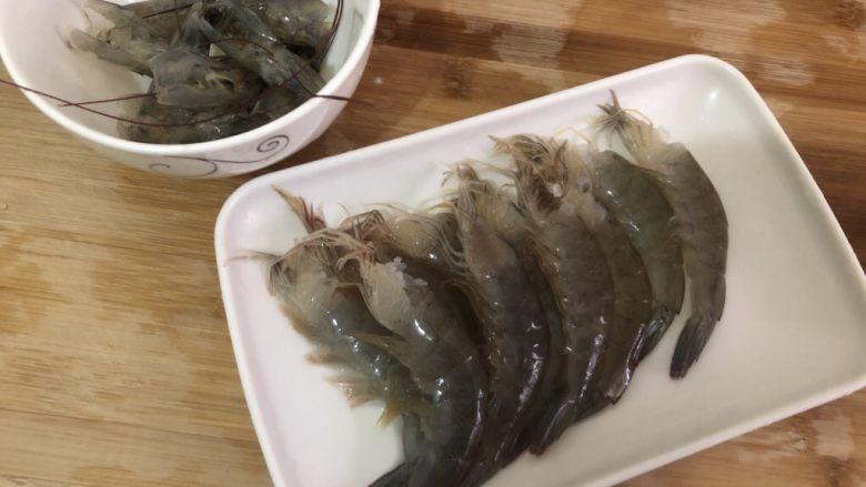 耳光炒饭,拨好分开装碗里,虾头洗干净备用