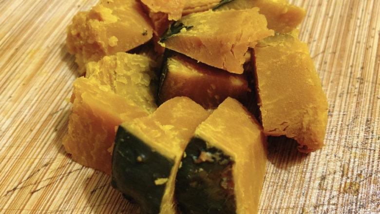 玉米南瓜粥,将南瓜切块备用。