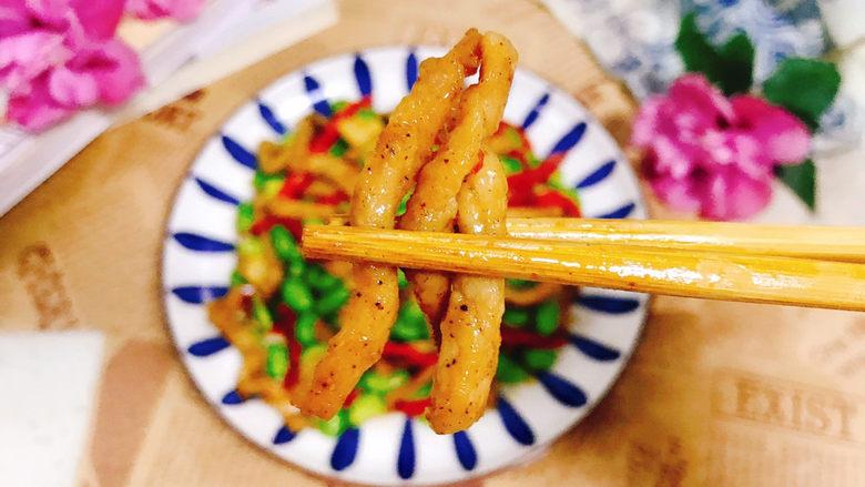 毛豆炒肉丝,盛入盘中开吃了,肉丝滑嫩爽口