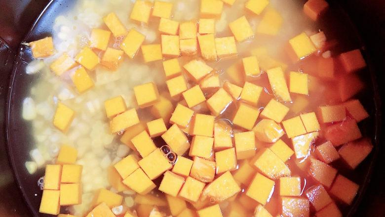 玉米南瓜粥,将食材放入高压锅中,加入适量水,选择煮粥键。