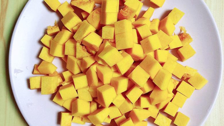 玉米南瓜粥,将南瓜切小块待用。