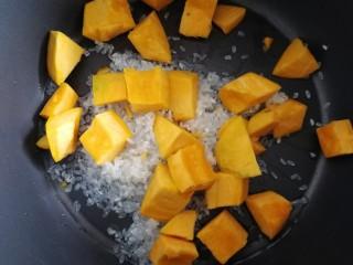 玉米南瓜粥,放入南瓜丁。